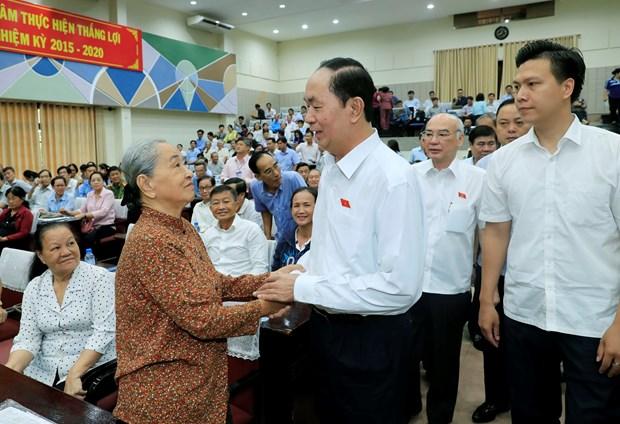 越南国家主席陈大光与胡志明市选民见面交流 hinh anh 2