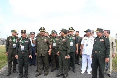 柬埔寨副总理兼国防部长狄班走访平福省 hinh anh 1