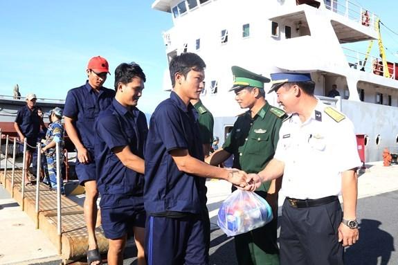 在越南长沙群岛遇险的31名船员已安全回家 hinh anh 1