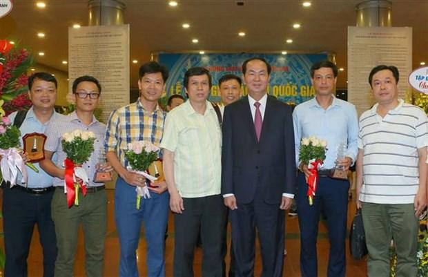 越共中央总书记阮富仲等党和国家领导出席2017年第十二届国家新闻奖颁奖仪式 hinh anh 2