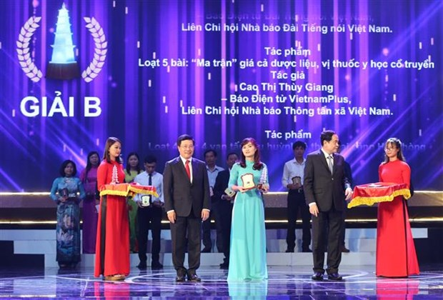 越共中央总书记阮富仲等党和国家领导出席2017年第十二届国家新闻奖颁奖仪式 hinh anh 3