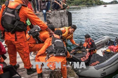 印尼多巴湖沉船事故失踪人数已上升至192人 hinh anh 1