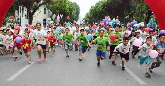 """""""为肺部健康而移动""""跑步和散步活动吸引广大居民参加 hinh anh 1"""