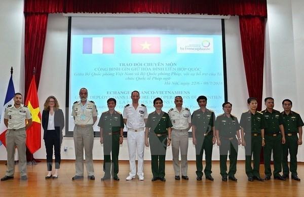 越南与法国开展维和工兵经验交流 hinh anh 1