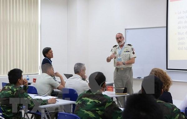 越南与法国开展维和工兵经验交流 hinh anh 2