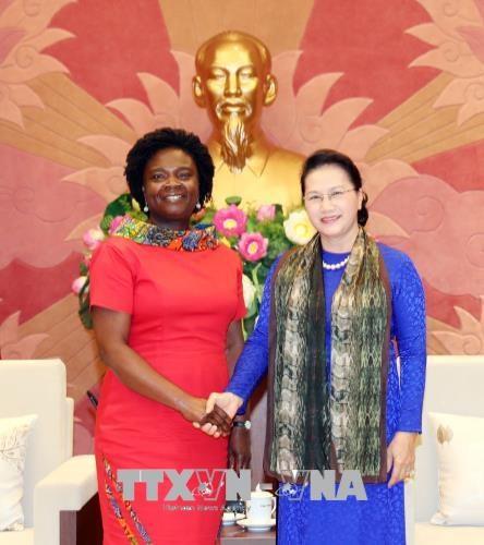 阮氏金银会见世界银行东亚与太平洋地区副行长维多利亚·克瓦 hinh anh 1