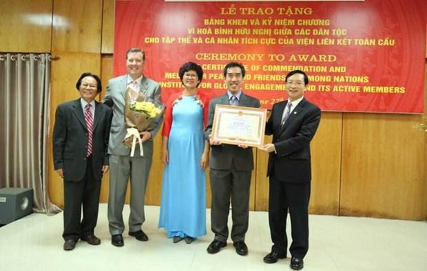 """全球参与研究院个人和集体荣获""""致力于各民族和平友谊""""纪念章 hinh anh 1"""