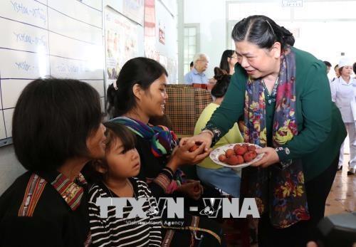 越南国会常务副主席丛氏放: 提高儿童生活质量 hinh anh 2