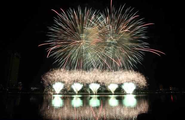 格外灿烂的2018岘港国际烟花节总决赛在韩江东岸举行 hinh anh 3