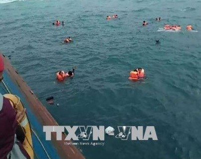 印尼渡轮倾覆至少12人死亡 hinh anh 1