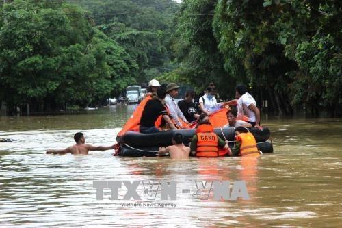 中国外交部长王毅就越南北部各省遭受洪水灾害向范平明致慰问电 hinh anh 1