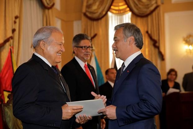 萨尔瓦多共和国总统高度评价与越南的全面合作关系 hinh anh 1