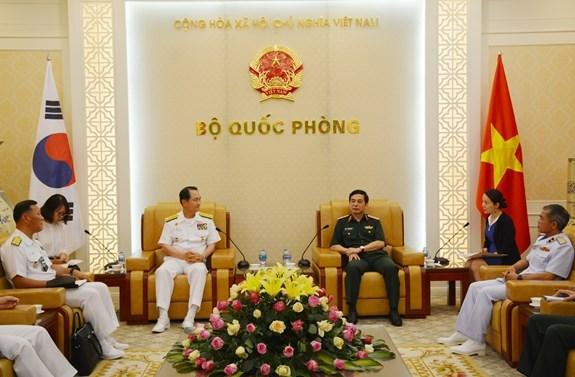 越南人民军总参谋长潘文江上将会见韩国海军参谋总长严贤圣一行 hinh anh 1