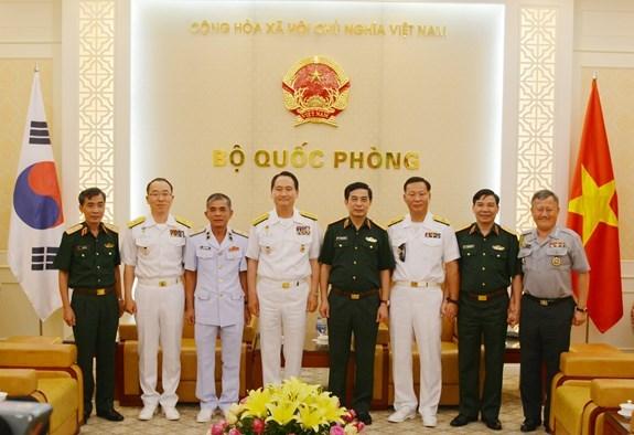 越南人民军总参谋长潘文江上将会见韩国海军参谋总长严贤圣一行 hinh anh 2