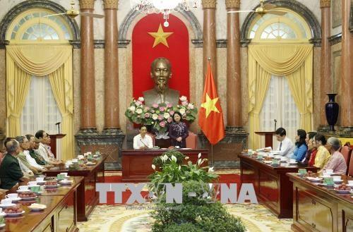 越南国家副主席邓氏玉盛会见南定省战争时期有功人员 hinh anh 1