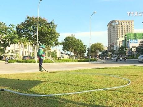 园林工人长期高温作业 守护好城市绿色空间 hinh anh 1