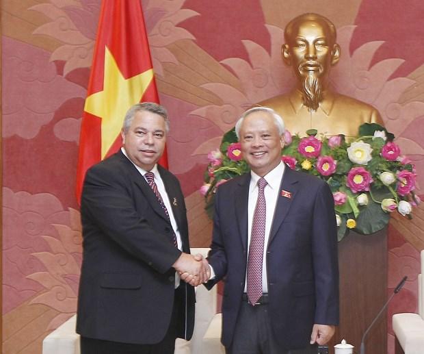 越南国家副主席汪周刘会见古巴工人中央工会秘书长吉拉特 hinh anh 1
