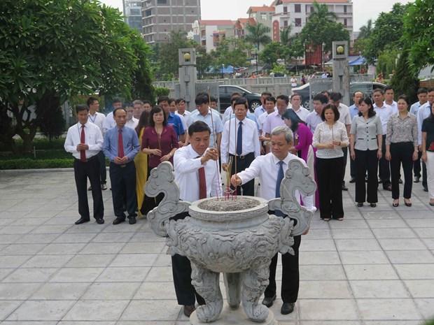 越南领导人行上香礼 纪念已故越共中央总书记阮文渠诞辰106周年 hinh anh 1