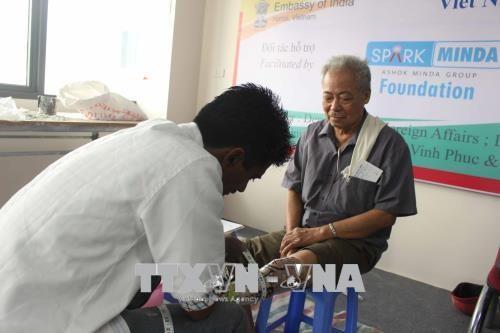 印度为永福省残疾人免费安装假下肢 hinh anh 2