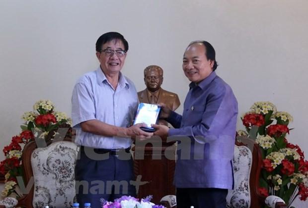越南电影协会向老挝交接关于苏发努冯主席的资料片 hinh anh 1
