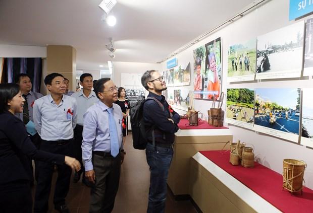 """""""越南中部和西原地区各省二十年革新历程""""图片展在岘港市举行 hinh anh 1"""