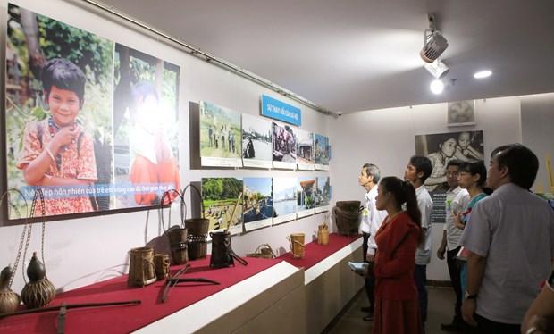 """""""越南中部和西原地区各省二十年革新历程""""图片展在岘港市举行 hinh anh 2"""