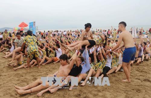 2018年越南夏令营:旅外越侨青年代表团探访胡伯伯老家 hinh anh 2