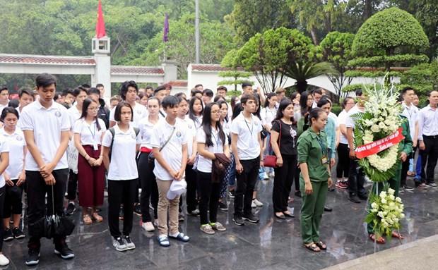 旅外越侨青年来访问河静省 来到同禄三岔路口遗迹区为青年烈士上香 hinh anh 2