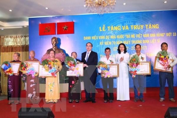 """国家主席签发决定授予""""越南英雄母亲""""称号和各类勋章、徽章 hinh anh 1"""