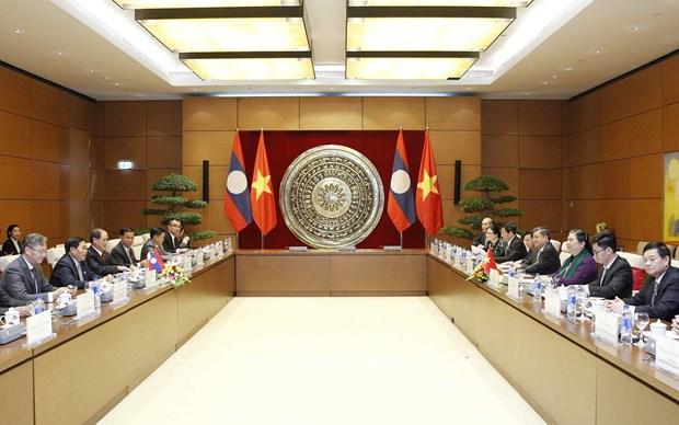越南国会副主席丛氏放与老挝国会副主席森暖举行会谈 hinh anh 1