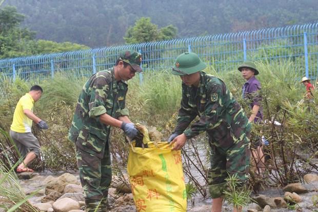 越中边民携手开展边境河道环境卫生整治活动 hinh anh 1