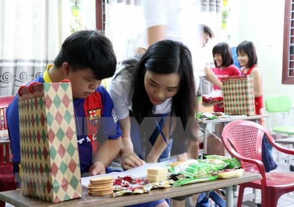 旅外越侨青年代表团参观世界文化遗产会安古镇 hinh anh 1