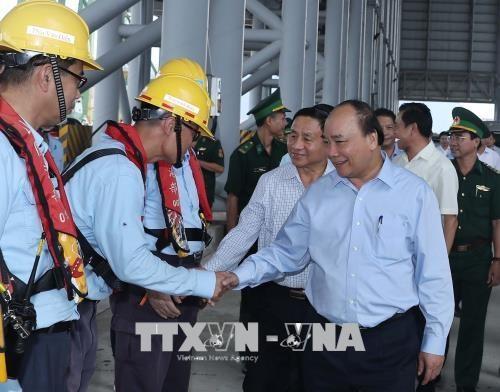 阮春福总理率团视察河静省永昂经济区的台塑集团的环保工作 hinh anh 1