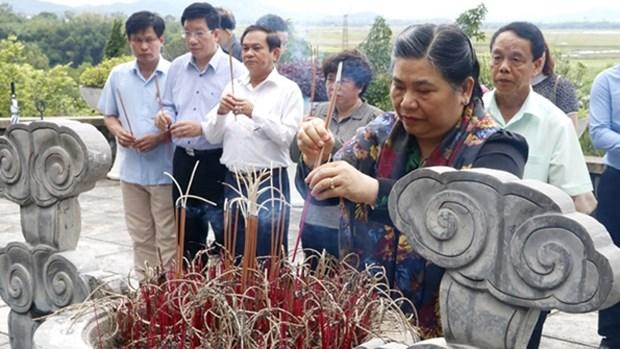 越南国会副主席丛氏放向陈富总书记陵墓献花上香 hinh anh 1