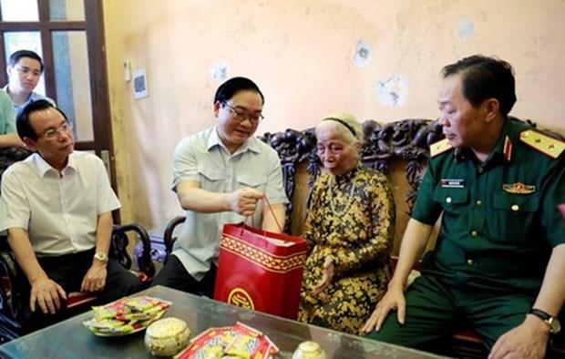 越南国家副主席邓氏玉盛走访慰问优抚家庭 hinh anh 2