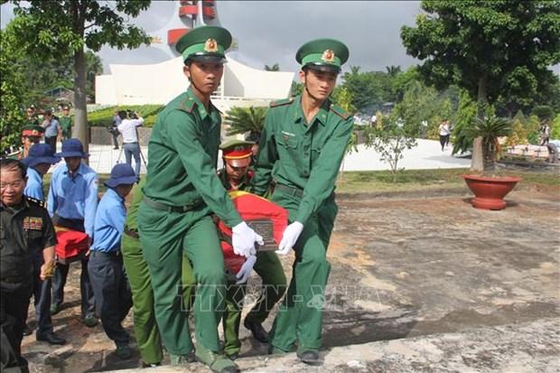 隆安省举行25具越南志愿军遗骸追悼会和安葬仪式 hinh anh 1