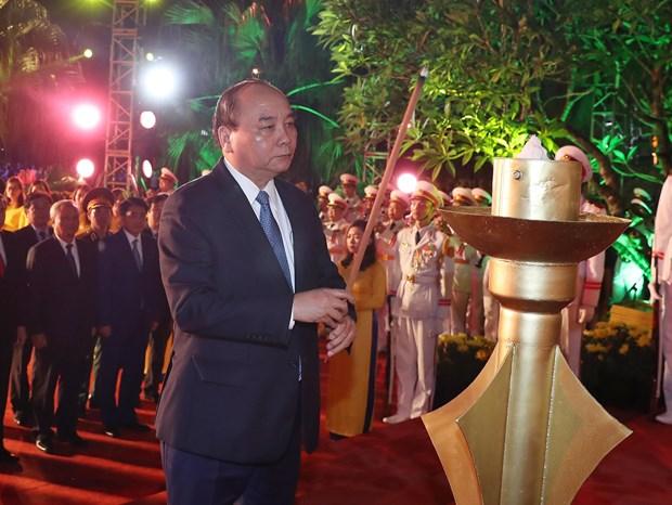 越南政府总理阮春福在河内山西烈士陵园进香 hinh anh 1