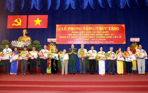 胡志明市向44位母亲授予和追授越南英雄母亲称号 hinh anh 1