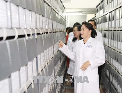 越南国会主席阮氏金银走访三号国家档案馆 hinh anh 2