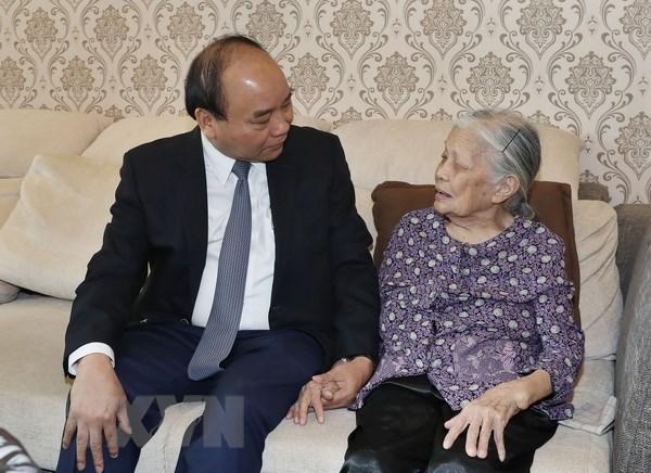 阮春福总理走访慰问基层烈士家属 hinh anh 1