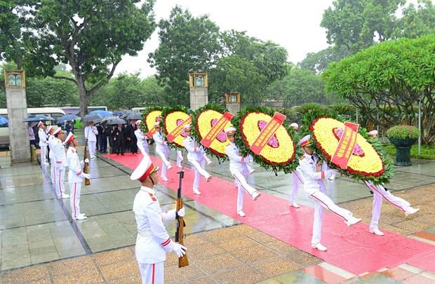 越南党和国家领导人向英雄烈士敬献花圈 hinh anh 2