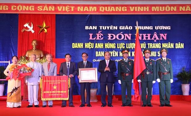 阮春福出席第五区区委宣训委员会人民武装力量英雄称号授予仪式 hinh anh 1