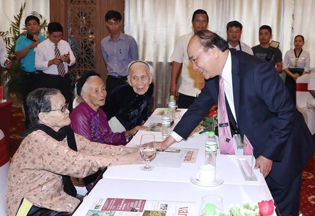 阮春福出席第五区区委宣训委员会人民武装力量英雄称号授予仪式 hinh anh 2