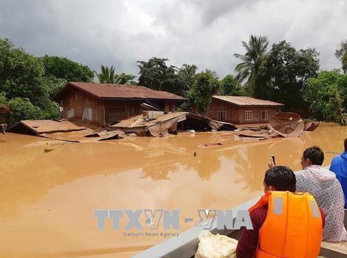 旅居老挝越南人为老挝阿速坡溃坝受灾民众捐款 hinh anh 1