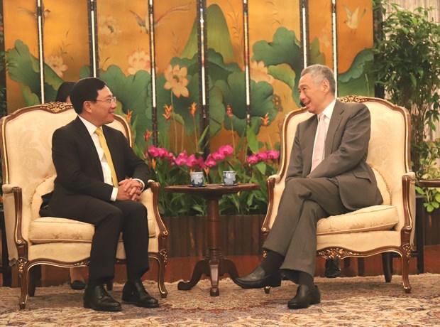 越南政府副总理兼外交部长范平明分别会见新加坡领导人 hinh anh 2