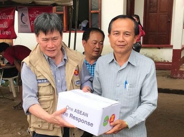老挝水电站大坝坍塌:东盟秘书长走访慰问灾民 hinh anh 1