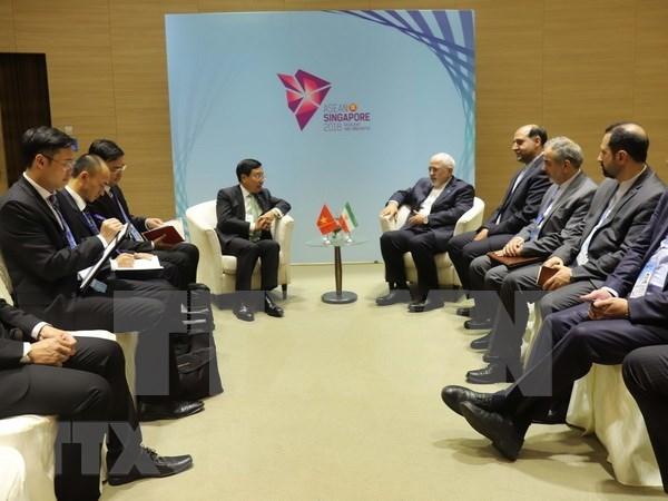 新加坡AMM 51:范平明分别会见日本外务省大臣河野太郎和伊朗外长扎里夫 hinh anh 2