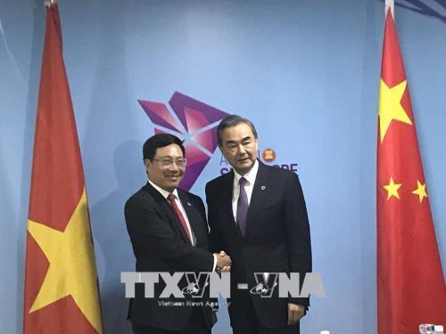 第51届东盟外长会议:越南政府副总理兼外长范平明会见中国外长王毅 hinh anh 1