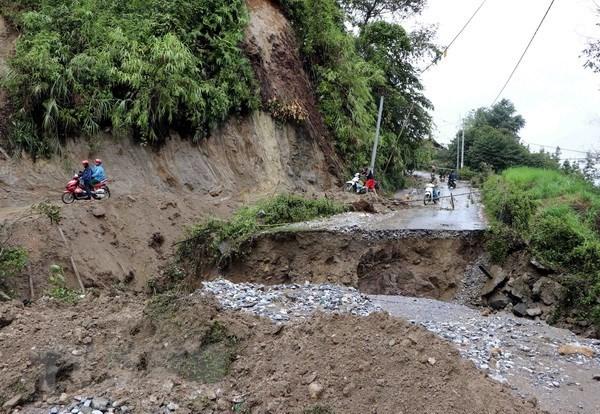 莱州省积极开展灾后公路清理和修复工作 hinh anh 1
