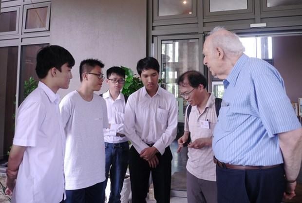 """2018年""""相约越南""""活动:诺贝尔物理学奖获奖教授与越南学生亲切交流和互动 hinh anh 1"""